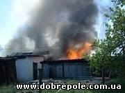 Масштабный пожар в Димитрове. Сгорело два десятка сараев и гаражей (ФОТО)
